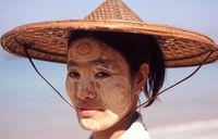 Thandwe, Myanmar, Portrait einer jungen Frau mit Thanakapaste Make-up im Gesicht am Strand von Ngapali