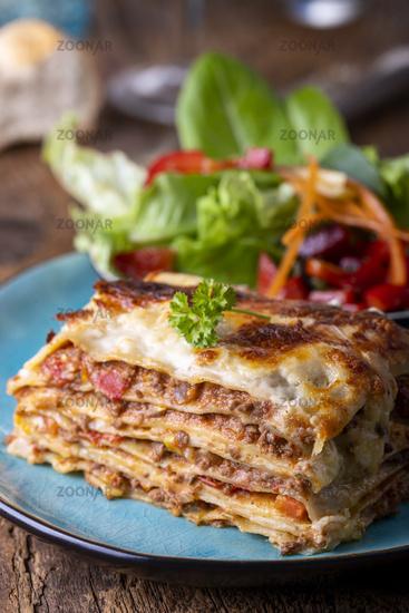 Portion frischer Lasagne auf einem Teller