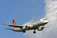 Airbus A321 der Fluggesellschaft Turkish Airlines im Anflug auf den Flughafen Genf