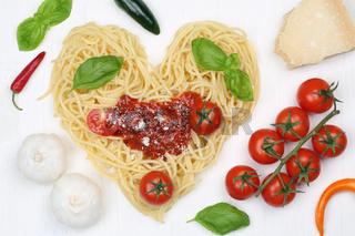 Zutaten für Spaghetti Nudeln Pasta als Herz