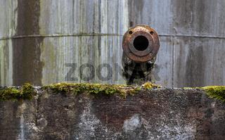 Der Tankstutzen an der alten Betonmauer