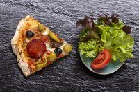 Pizza auf Schiefer