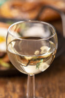 Wein und Tiroler Kartoffelgröstl in der Pfanne