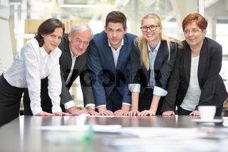 Geschäftsleute als Business Team am Tisch