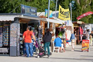 Souvenirläden für Touristen an der Strandpromenade von Swinemünde