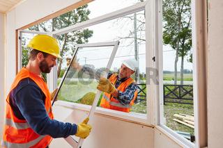 Monteure von Glaserei bauen Fenster ein