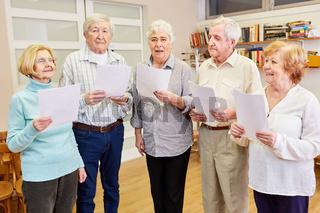 Gruppe Senioren mit Demenz beim singen im Chor zusammen in einer Chorprobe