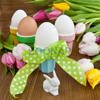 Bunte Eier und Tulpen
