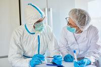 Mediziner mit Covid-19 Test und Speichelprobe in Klinik