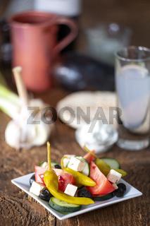 griechischer Salat auf dunklem Holz