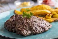 Steak auf einem Teller mit Pommes frites