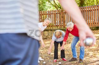 Gruppe Senioren spielen zusammen Boule