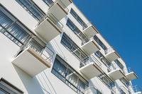Balkone an der Fassade des Bauhaus Dessau mit blauem Himmel und Sonnenschein