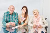 Paar Senioren beim Karten spielen mit Tochter