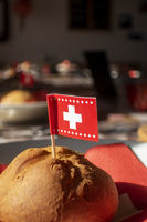 Schweizer Flagge auf einem Brötchen