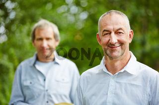 Zwei Senioren draußen im Sommer