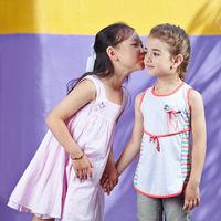 Mädchen küsst ihre Freundin