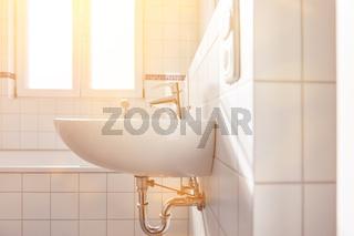 Waschbecken im hellen Bad mit Fenster für Tageslicht