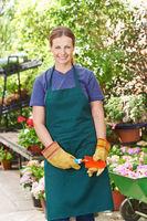 Frau im Frühling bei Gartenarbeit
