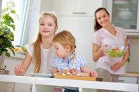 Familie beim Frühstück und Kinder beim Eier essen