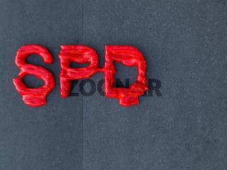 Angeschmolzenes SPD-Logo auf einer Betonwand