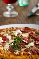 Rosmarin auf einer Pizza
