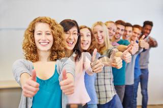 Teenager halten Daumen hoch zum Gratulieren