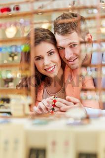 Paar kauft Armband im Schmuckladen