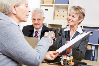 Frau unterschreibt Beratungsprotokoll in Bank