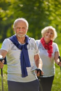 Paar Senioren bei Wanderung im Wald