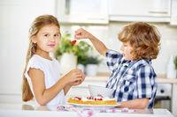 Kinder backen zusammen Kuchen mit Obst