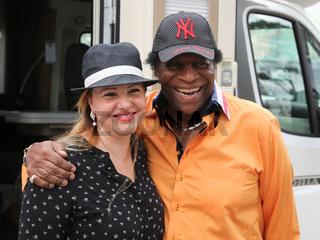 deutscher Schlagersänger Roberto Blanco mit Ehefrau Luzandra vor seinem Caravan beim Besuch in Magdeburg