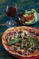 Übersicht über eine Pizza mit Salat