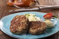 zwei bayerische Fleischpflanzerl auf einem Teller
