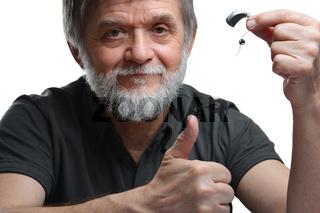 Mann zufrieden mit Hörgerät