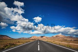 Auf der Kanarischen Insel Lanzarote führt diese Straße zum Horizont