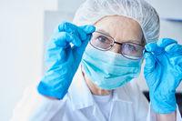 Ärztin in Schutzkleidung im Hospital bei Coronavirus Epidemie
