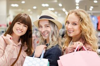 Gruppe Freunde beim Shopping im Modeladen