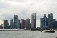 Singapur, Republik Singapur, Boote vor der Skyline des Geschaefts- und Finanzviertels entlang Shenton Way und Anson Road