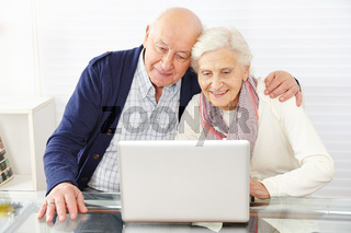 Senioren nutzen Ecommerce mit Laptop