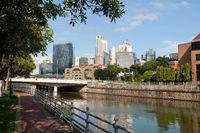 Singapur, Republik Singapur, Stadtansicht mit Fluss und Geschaeftsviertel waehrend Coronakrise (Covid-19)