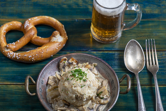 bayerischer Semmelknödel mit Sauce