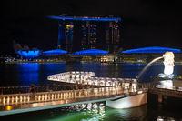 Singapur, Republik Singapur, Merlion Park und Marina Bay Sands Hotel waehrend Ausgangsbeschraenkung inmitten Covid-19 Krise