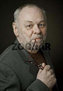 Älterer Mann mit Brille und Bart