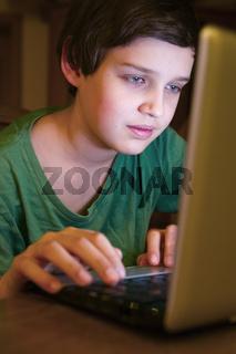 Junge blickt auf Monitor