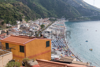 Badestrand in Nicotera mit Blick auf Küste und Meer in Kalabrien