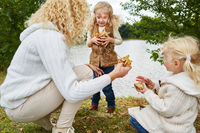 Kinder sammeln Blätter im Herbst