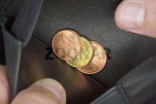 Armut, Blick in die Geldbörse