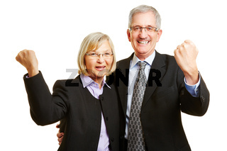 Jubelndes Paar Senioren ballt die Fäuste