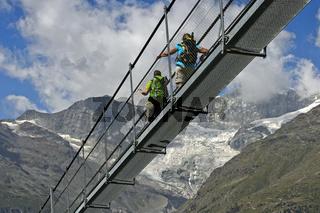 Wanderer auf der Charles Kuonen Hängebrücke